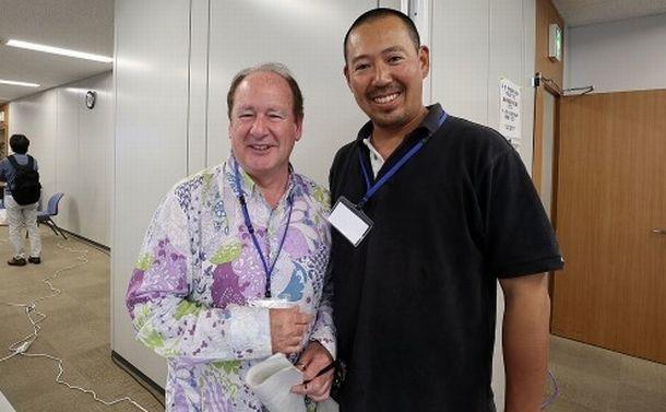 写真・図版 : 横浜で開かれたワークショップでの森聡之氏と前ISC議長のジェラルド・ディナード氏=森氏提供