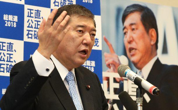 自民党総裁選への立候補を正式表明する石破茂氏=2018年8月10日、東京・永田町