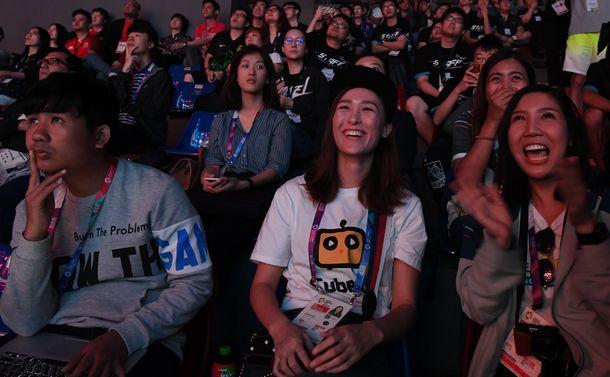 写真・図版 : アジア大会でのeスポーツを観戦する人たち=2018年8月26日、インドネシア・ジャカルタ、諫山卓弥撮影