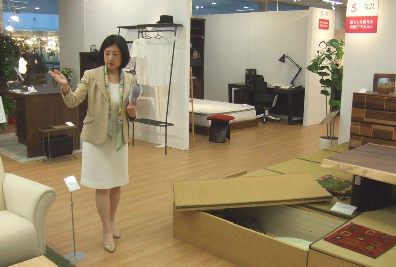 写真・図版 : インテリアを展示したブースを説明する大塚久美子社長=2018年6月15日、東京都江東区