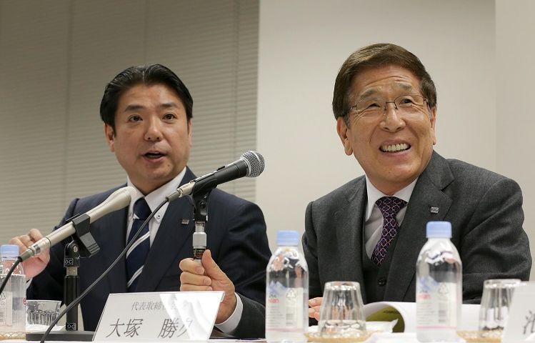 写真・図版 : 記者会見する父・大塚勝久氏(右)。左はきょうだいで唯一父についた長男・大塚勝之氏=2015年2月25日、東京・大手町