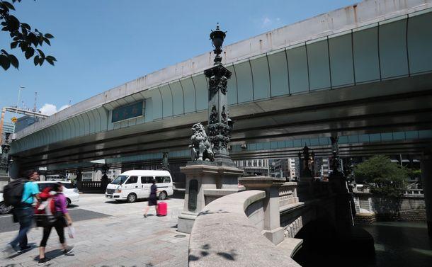 写真・図版 : 首都高速の高架橋が覆う日本橋
