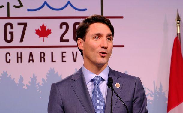 写真・図版 : G7サミットで記者会見するカナダのトルドー首相=2018年6月9日、シャルルボワ(カナダ東部)