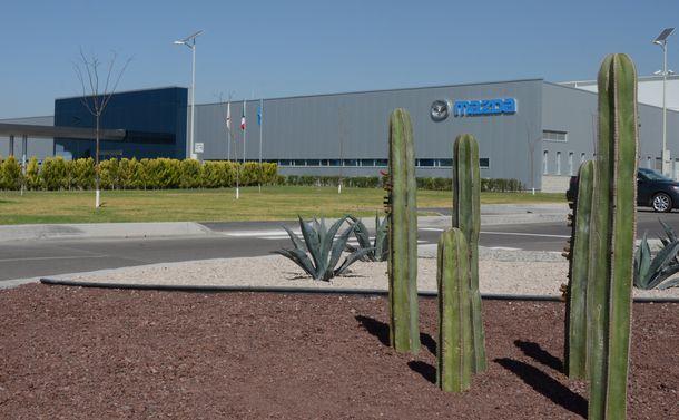 写真・図版 : マツダが米国向けなどの乗用車を生産するメキシコ工場=2014年2月、メキシコ・グアナファト州