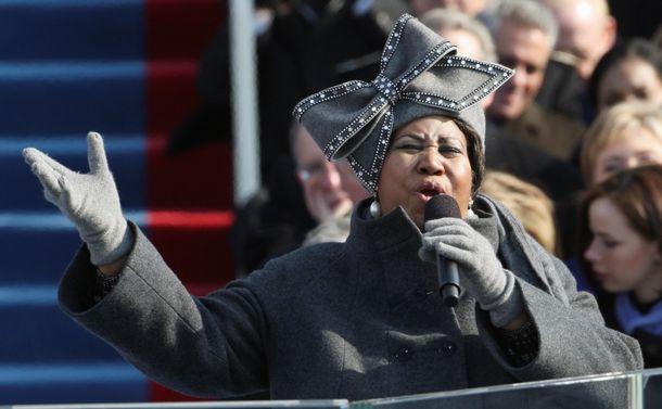 アレサ・フランクリンの死に思う    (小見出し)  「クイーン・オブ・ソウル」は「ソウル」以上の存在だった    米ワシントンで2009年1月、オバマ大統領(当時)の就任式で歌声を披露するアレサ・フランクリンさん=AP