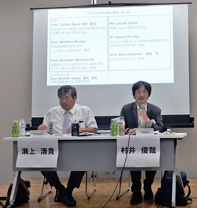 写真・図版 : 日本行為依存症医学会が開いた国際シンポジウムでパネル討論の座長を務める筆者(右)