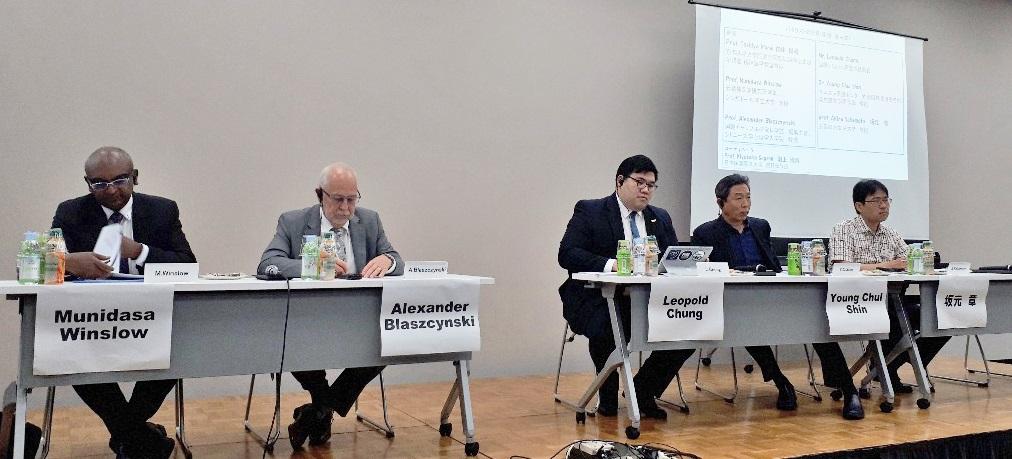 写真・図版 : 国際シンポジウムでのパネル討論。左から、ムニダサ・ウィンスロウ・シンガポール国立大学教授、ブラスジンスキー教授、国際eスポーツ連盟のチャン氏、韓国のヨン・チュル・シン医師、坂元章教授