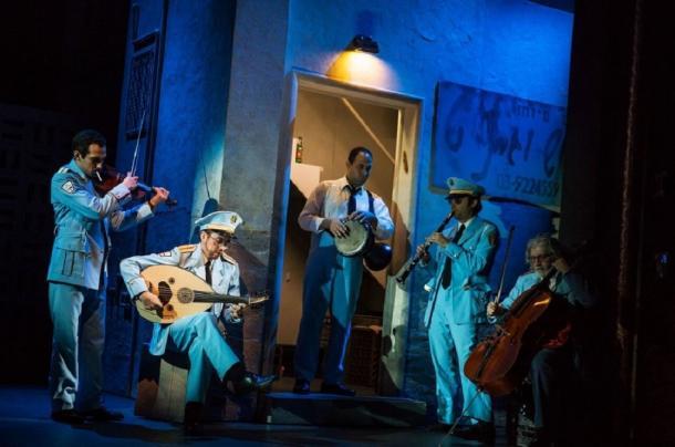 写真・図版 : 『バンズ・ビジット』の舞台から。砂漠の町で演奏する警察音楽隊 (c)Matthew  Murphy