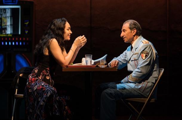 写真・図版 : 『バンズ・ビジット』から。言葉を交わすトゥフィーク(右)とディナ(カトリーナ・レンク)。トゥフィーク役はオリジナル・キャストと交代して、今夏はなんと、舞台の元になった映画『迷子の警察音楽隊』で主演したイスラエルの俳優サッソン・ガーベイが演じていた (c)Evan Zimmerman for MurphyMade