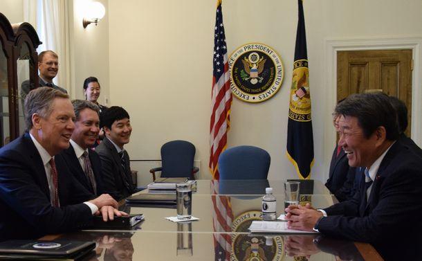 写真・図版 : 通商協議に臨む茂木敏充経済再生相(右)と米通商代表部のライトハイザー代表(左)=2018年8月9日、ワシントン