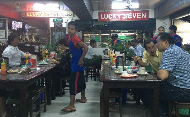 写真・図版 : ミャンマーのヤンゴンのコーヒーショップでは平日昼間から子どもたちが働いている=2016年8月24日。筆者提供(本文とは関係ありません)