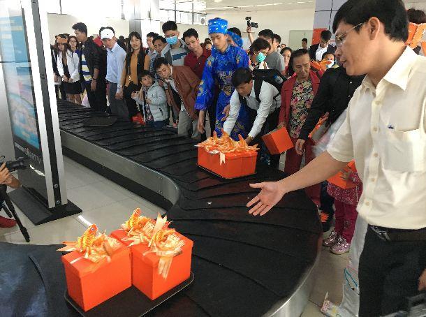 写真・図版 : テトの前祝い?ハノイのノイバイ国際空港の手荷物カウンターにはお土産が次々と流れた。贈り物文化はどこも同じ=2017年1月18日。筆者提供(本文とは関係ありません)