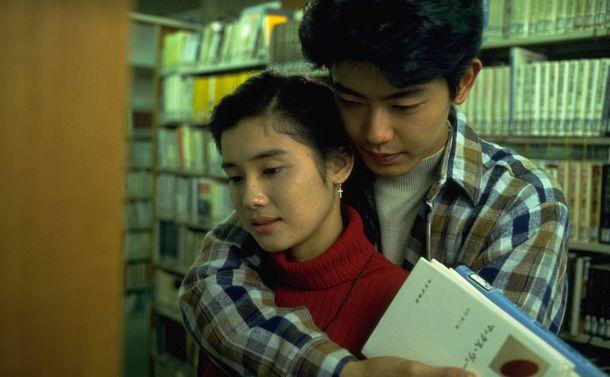 写真・図版 : 1993年のフジテレビの月9ドラマ「あすなろ白書」に出演した石田ひかり(左)と筒井道隆 (C)フジテレビ