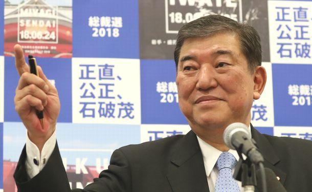 写真・図版 : 総裁選の政策を発表する石破茂氏=2018年8月27日、東京・永田町