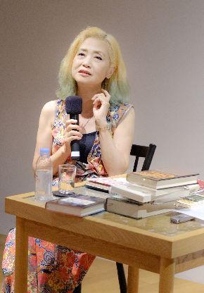 写真・図版 : 影響を受けた本について語る内田春菊さん