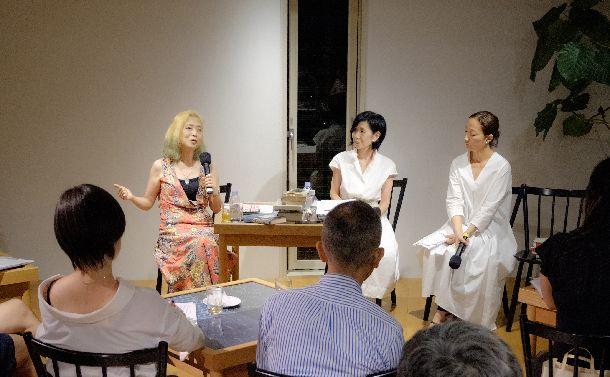 写真・図版 : 参加者に問いかける内田春菊さん(正面左)