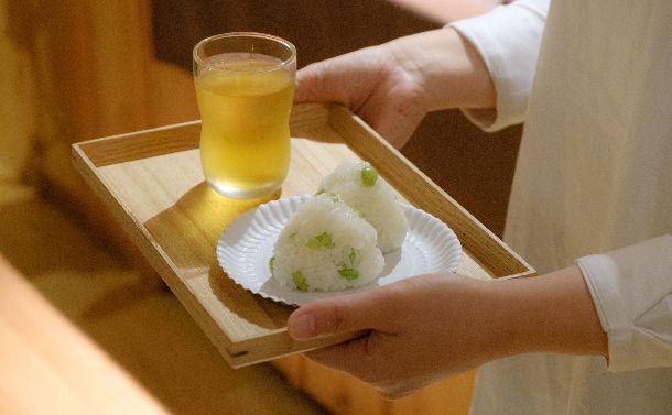写真・図版 : 読書会で出されるおむすび。「春菊」は季節外れのため、「緑」の連想で枝豆のおむすびを供した