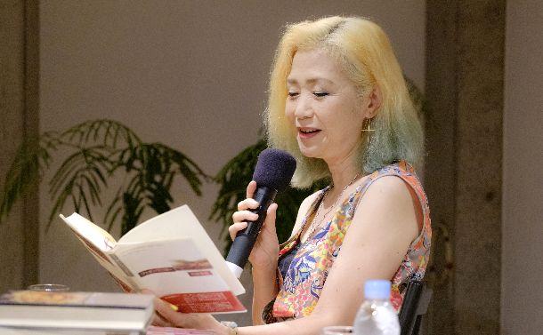 写真・図版 : 『ファザーファッカー』を読む内田春菊さん