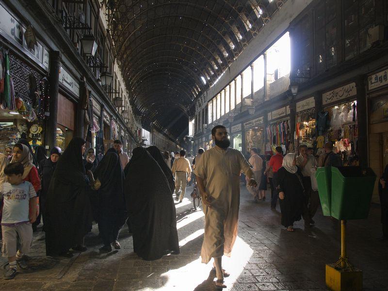 写真・図版 : 内戦前の首都ダマスカス、旧市街地。にぎやかな商店が軒を連ねていたハミディア市場
