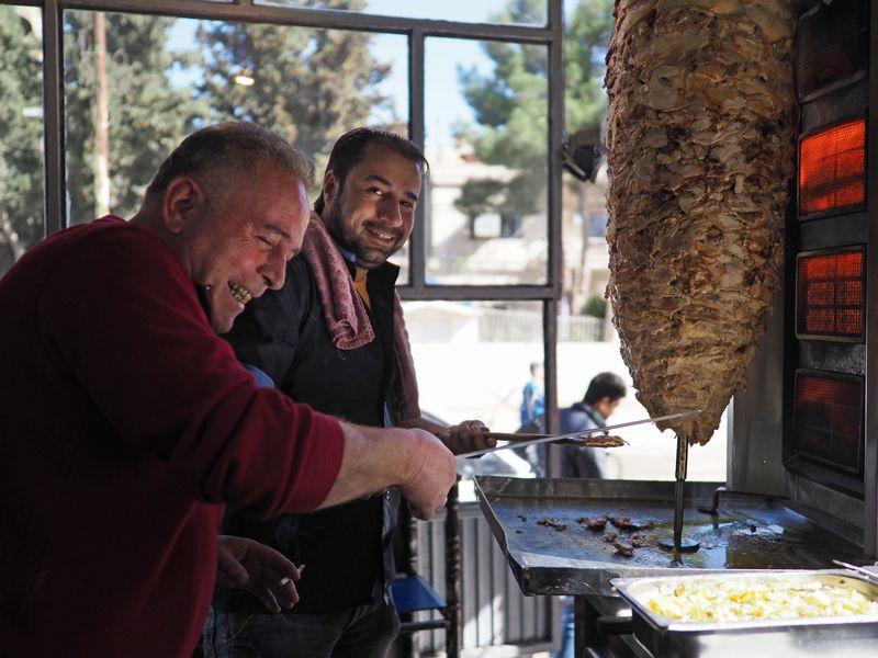 写真・図版 : 同じ食堂で、ケバブ用の肉を焼いていたお父さんたち
