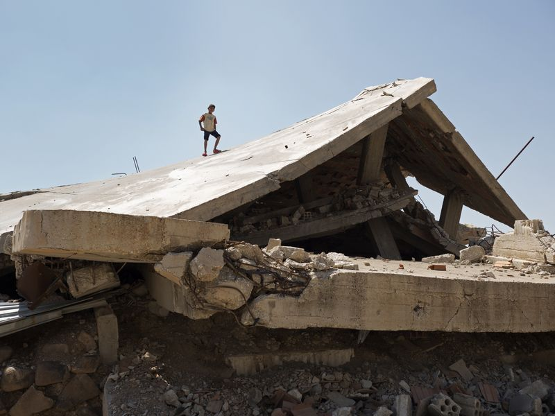 写真・図版 : ISによる占領やその後の戦闘など、何重もの戦闘に見舞われ、廃虚と化した村も少なくなかった