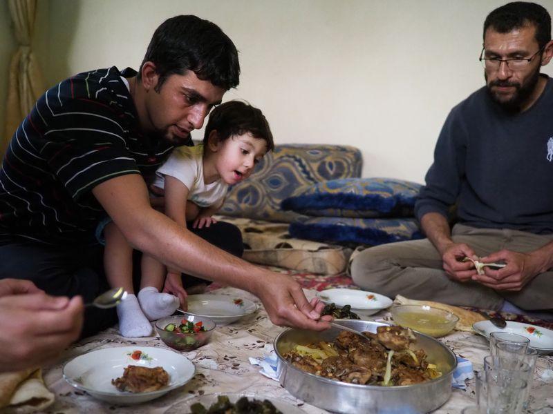 写真・図版 : 滞在中お世話になっていたご家族の家で。皆で大皿を座って囲む