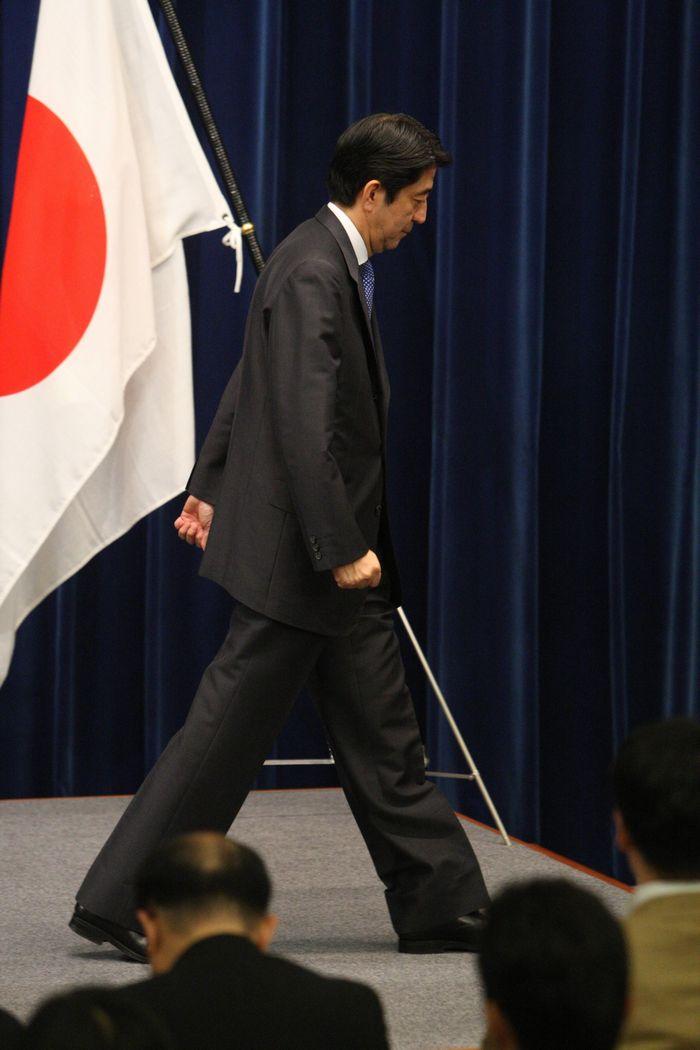 写真・図版 : 第1次内閣で首相辞任会見を終える安倍首相=2007年9月12日、首相官邸