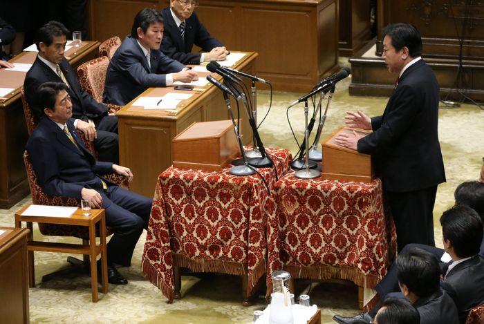 写真・図版 : 党首討論で対決する野田佳彦首相(右)と自民党の安倍晋三総裁(左)=2012年11月14日