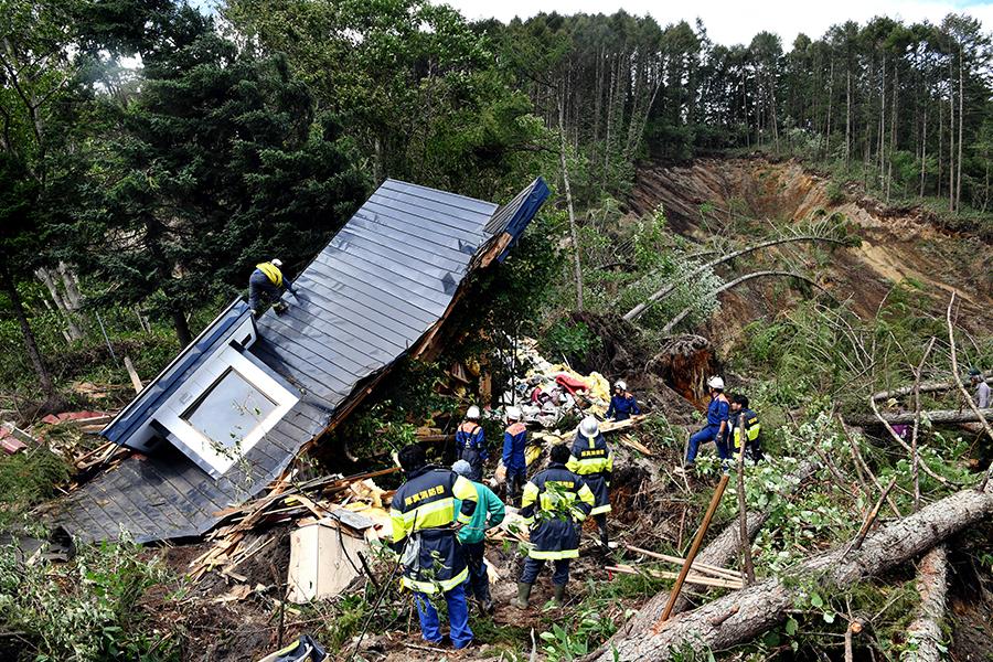 写真・図版 : 土砂崩れ現場を捜索する消防関係者=2018年9月6日、北海道厚真町、白井伸洋撮影