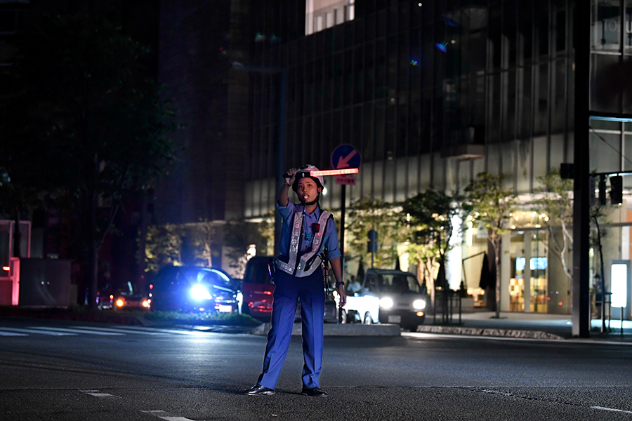 写真・図版 : 夜になっても停電が続き、交通整理をする警察官=2018年9月6日、札幌市中央区、北村玲奈撮影