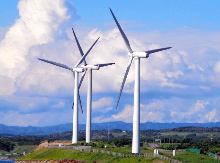 写真・図版 : 北海道苫前町の風車=石井徹撮影