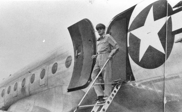 写真・図版 : 専用機から降りるマッカーサー元帥=1945年8月、神奈川県の厚木飛行場