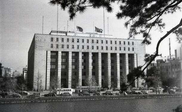 写真・図版 : GHQの本部が置かれた第一生命のビル=1950年12月
