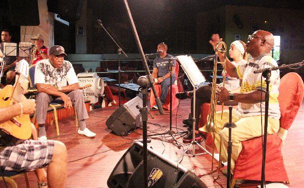 写真・図版 : 練習をするブエナ・ビスタ・ソシアル・クラブのメンバーたち=2014年6月3日、ハバナ