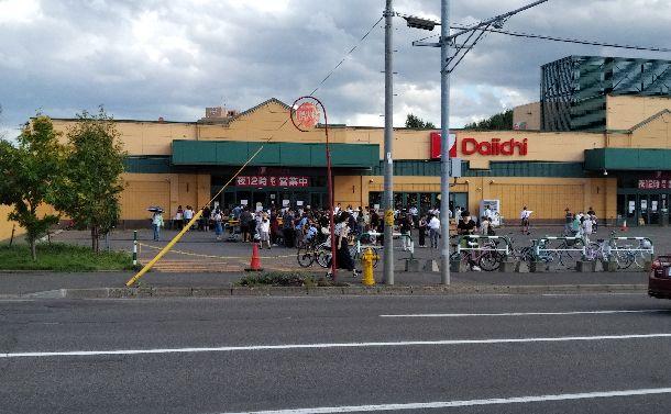 写真・図版 : スーパーの前には買い物客の行列ができていた=2018年9月6日、札幌市、筆者撮影