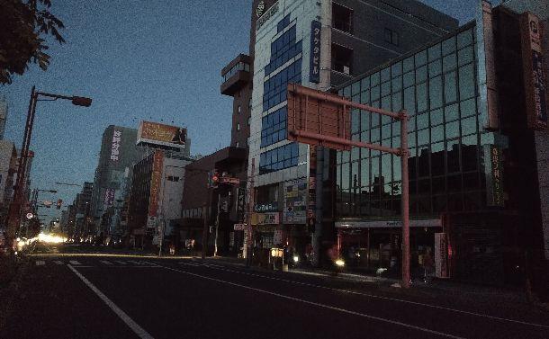 写真・図版 : 街灯が消え、信号も動いていない待ちの通り=2018年9月7日、札幌市、筆者撮影