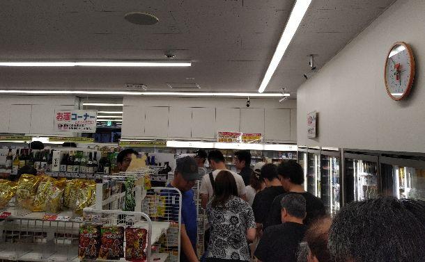 買い物客でいっぱいの夕方のコンビニ=2018年9月8日、札幌市、筆者撮影
