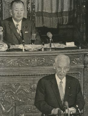 写真・図版 : 参議院本会議で議長退任のあいさつをする重宗雄三。後方の議長席は河野謙三=1971年7月17日、国会