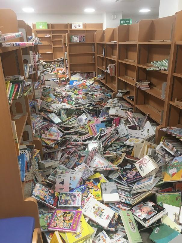 写真・図版 : 筆者の職場である箕面市多文化交流センターと同じ建物にある小野原図書館では本が棚から落ち、足の踏み場もないほどだった(筆者撮影)