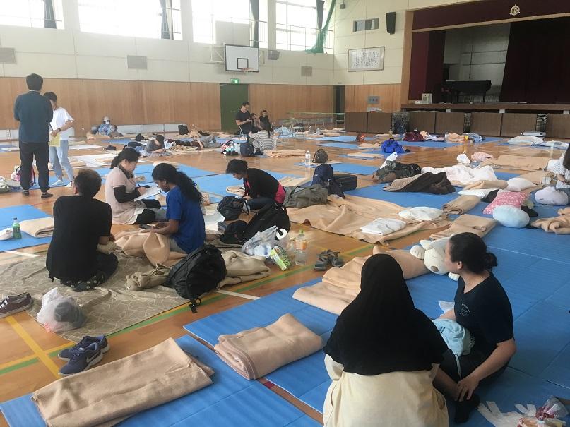 写真・図版 : 避難所の豊川南小学校の様子=2018年6月19日午後9時30分ごろ、箕面市(筆者撮影)