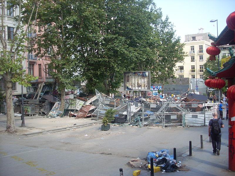 写真・図版 : 2001年9月10日、当時の筆者の自宅近くで起きたテロ事件を伝える写真(トルコ語版ウィキペディアより)