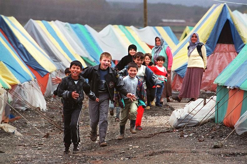 写真・図版 : 被災地のテント村で走り回る子どもたち=1999年10月30日、トルコ西部アダパザルで