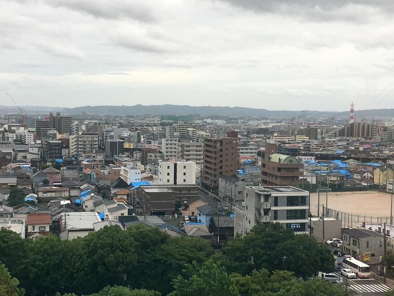 写真・図版 : 通訳応援で訪れた茨木市役所からの眺め=2018年7月5日(筆者撮影)