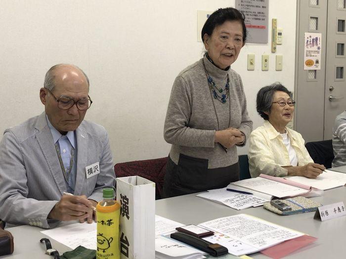 写真・図版 : 「話し方勉強会」で1分間スピーチをする女性=東京都八王子市