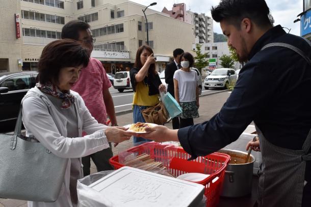 写真・図版 : 札幌市中央区では、飲食店がパスタの炊き出しをしていた=2018年9月7日