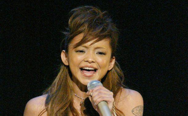2002年の紅白歌合戦で歌う安室奈美恵さん=2002年12月31日、東京・渋谷