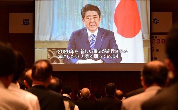 写真・図版 : 憲法改正を求める集会で、安倍晋三首相のビデオメッセージが流された=2017年5月3日、東京都千代田区平河町
