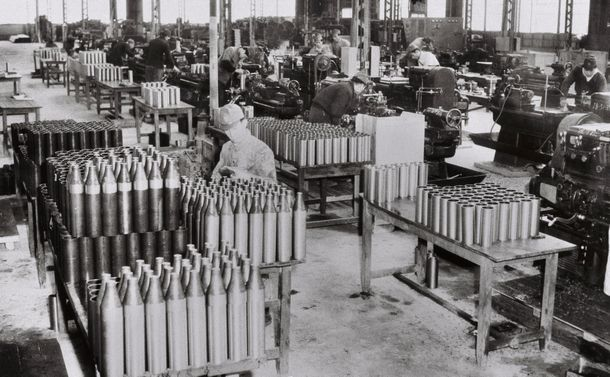 写真・図版 : 朝鮮戦争の特需景気。照明弾の製造で大忙しの神奈川県内の工場