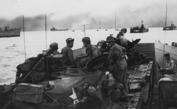 写真・図版 : 戦車や米兵部隊を満載して韓国・仁川の上陸作戦に向かう輸送艦隊