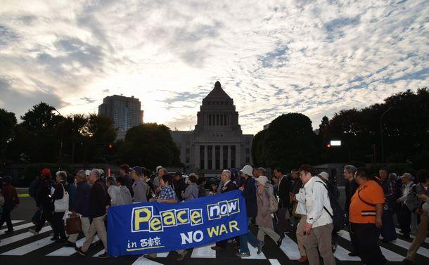 写真・図版 : 安倍政権による改憲などに反対する人たちが国会前で集会を開いた=2017年11月3日、東京・永田町の国会前